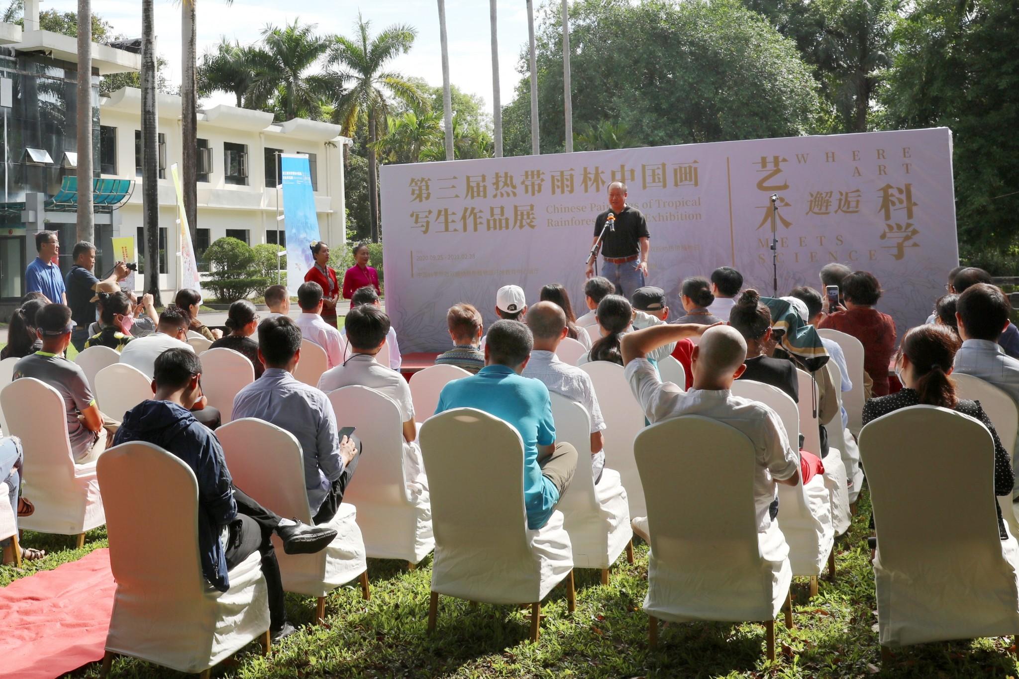 9月25日,第三届艺术邂逅科学——热带雨林中国画写生作品展开幕。西双版纳州美协副主席陈楠在开幕式上致辞。